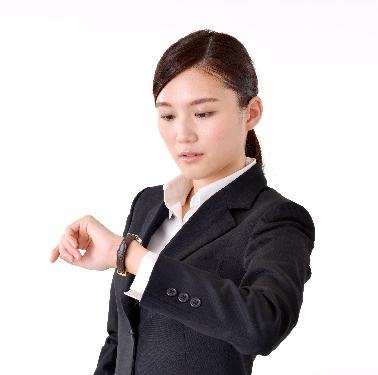 女性-腕時計-見る
